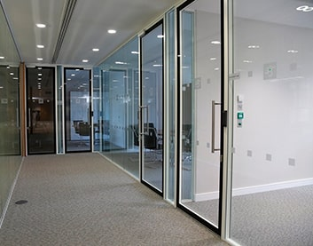 Столбцы - установка дверей в офис